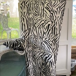 NWOT ZEBRA SHOWER WITH 2 MATCHING HAND TOWELS
